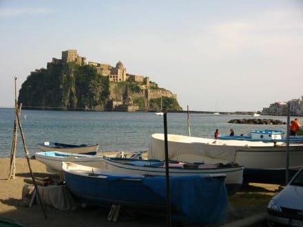 Blick vom Hafen auf Castel Aragonese - Aragonerburg / Castello Aragonese
