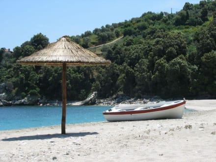 Traumstrand mit Sonnenschirm und Boot - Strand Aghios Ioannis