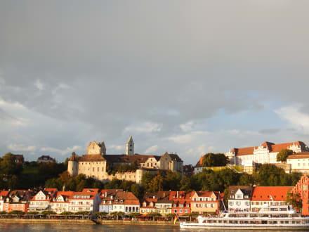 Meersburg vom See mit der Terrasse in der Mitte\