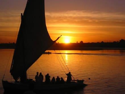 Sonnenuntergang am Nilufer in Luxor - Felukenfahrt auf dem Nil