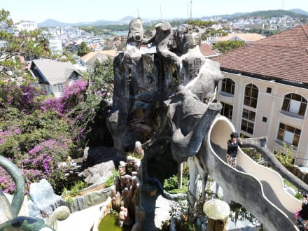 Wie auf einer Achterbahn - Hang Nga Haus / Crazy House