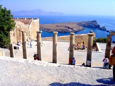 Blick von der Stoa auf die Pallas Bay - Akropolis von Lindos