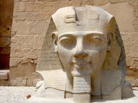 Luxor-Tempel Kopf Statue Ramses II vor 1. Pylon - Luxor Tempel