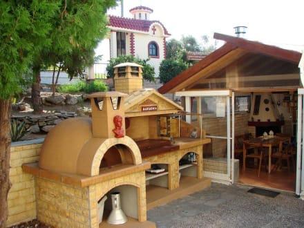 grill und steinofen im garten bild villa stella apartments in kavala griechisches festland. Black Bedroom Furniture Sets. Home Design Ideas