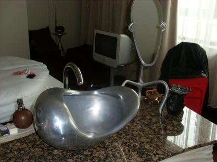 freistehendes waschbecken mitten im zimmer bild east hotel in hamburg hamburg deutschland. Black Bedroom Furniture Sets. Home Design Ideas