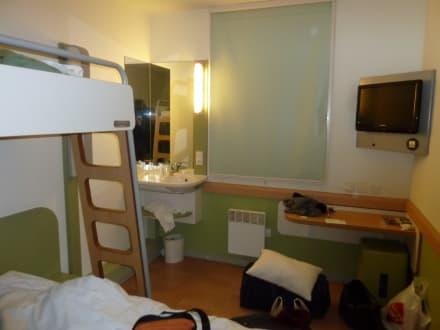 Photo ibis budget hotel paris porte de montmartre chambre for Chambre ibis budget