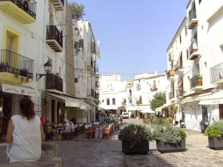 Eine breitere Straße in Dalt Vila - Altstadt Dalt Vila Ibiza