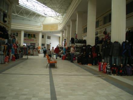 Ein Geschäft nach dem anderen im Kumköy Center - Einkaufen & Shopping