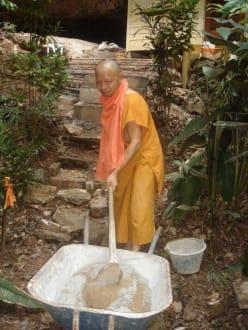 Mönch bei der Arbeit - Tiger Cave Tempel (Wat Tham Sua)