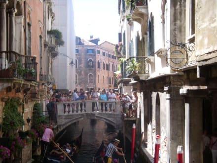 mit einer Gondel unterwegs - Gondeln / Gondelfahrten in Venedig