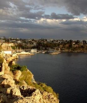 Blick auf Antalya vor Sonnenuntergang - Steilküste