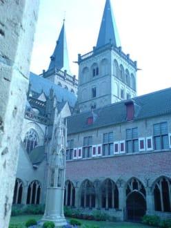 Blick auf die Domtürme vom Kreuzgang aus - Xantener Dom