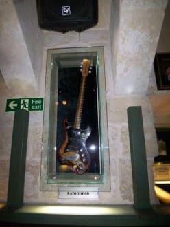 Gitarre von Radiohead im Schaukasten - Hard Rock Bar