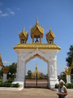 Der Eingang zum Pha That Luang. - Stupa - Pha That Luang