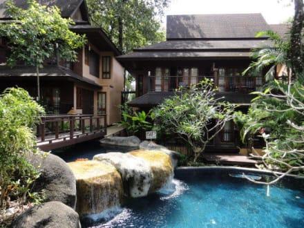 wasserlauf im garten pool access zimmer bild khao lak. Black Bedroom Furniture Sets. Home Design Ideas