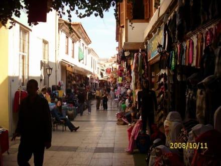 Eine der kleinen Seitenstrassen - Einkaufen & Shopping