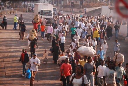 Alle wollen auf die Fähre - Likoni Fähre von Mombasa