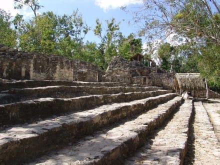 Stufen vor dem Tempel - Ruinenstätte Cobá