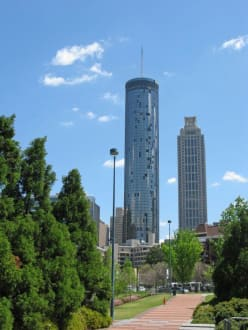 Blick aus Richtung des Centennial Olympic Parks - Hotel The Westin Peachtree Plaza