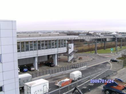 Blick zum Bahnhof/Sky Train - Flughafen Düsseldorf (DUS)