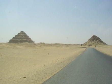 vom Auto gesehen - Stufenpyramide / Pyramide von Djoser