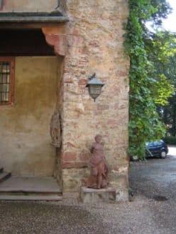 Eine schöne Figur im Hof. - Schloss Fürstenau