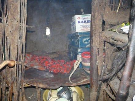 Ein Zimmer der Hütte - Masai Dorf