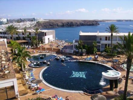 ausblick auf den pool von der fkk terrasse aus bild hotel the mirador papagayo in playa blanca. Black Bedroom Furniture Sets. Home Design Ideas