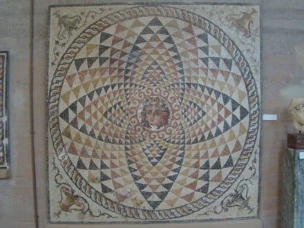 Eines der gut erhaltenen Mosaiken - Das antike Korinth