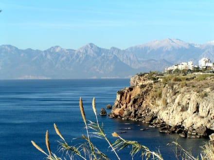 An der Felsenküste in Antalya - Steilküste