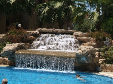 wasserfall am pool bild hotel miramare queen in side. Black Bedroom Furniture Sets. Home Design Ideas