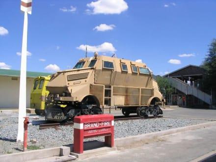 Gepanzertes Fahrzeug auf dem Bahnhofsvorplatz - TransNamib Museum