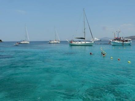 Boote in der Lagune von Nisida Mourtos - Blaue Lagune