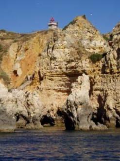 Felsenküste mit Leuchtturm westlich vor Lagos - Ponta da Piedade