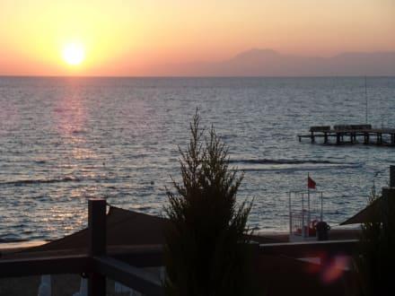 Rechts die Berge von Kemer - Strand Side - Kumköy