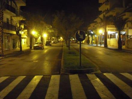Nachts auf den Straßen von Ca`n Picafort - Einkaufsmeile