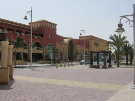Straße vor der Esplanade - Esplanada Shopping Cente