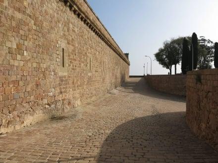 Hübsch gepflasterter Hof - Castell de Montjuïc