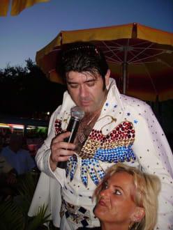 """Elvis"" umschwärmt sein Publikum - Elvis live am Goldstrand"