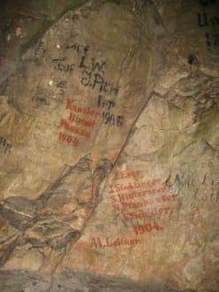 Alte Inschriften an der Höhlenwand - Lamprechtshöhle
