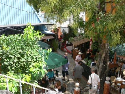 Blick vom offenen Eingang auf den Innenhof - Tapas Bar Resto