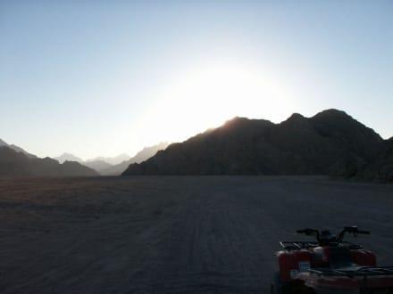 Wüste am Abend gegen 16 uhr Sonne geht unter - Wüste