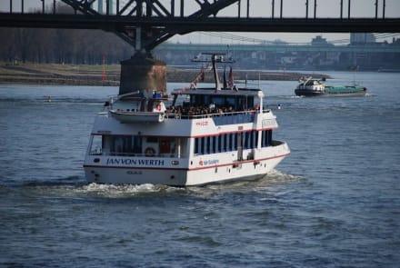 Am Rheinufer - Schifffahrt Köln-Düsseldorf