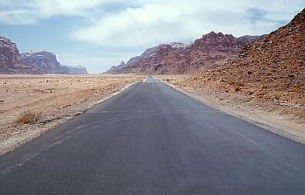 Wadi Rum - die Straße zum Dorf Rum - Wüstenlandschaft Wadi Rum