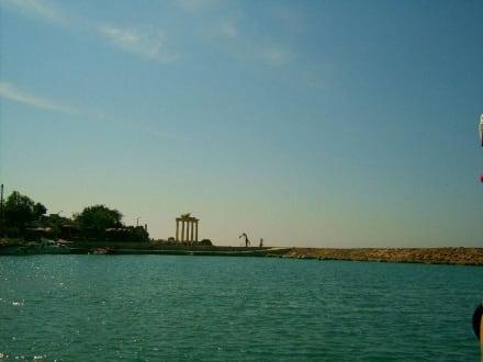 Blick vom Schiff auf Side - Apollon Tempel