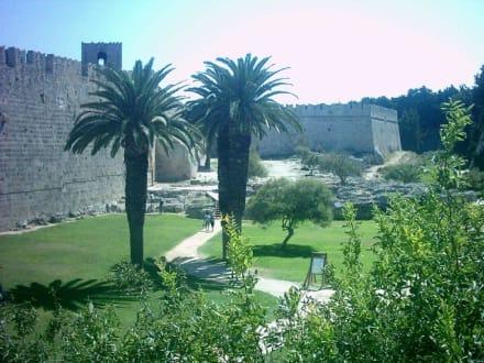 Blick in den Graben der Stadtmauer - Stadtmauer Rhodos