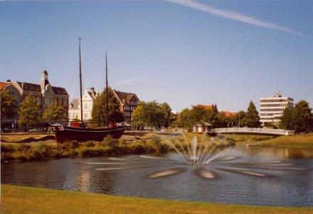 Schiff und Brunnen - Altstadt Cuxhaven