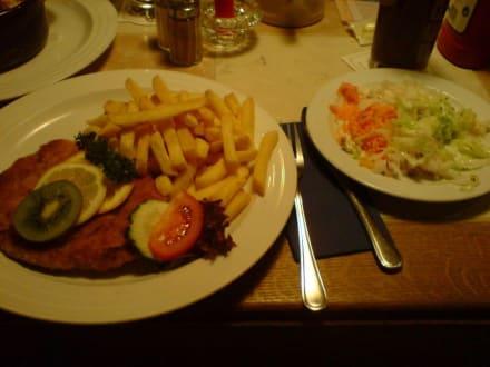 Schnitzel mit Pommes und Salat - Wirtshaus Beim Haxenwirt
