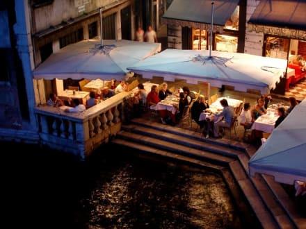 Restaurants am Fuße der Rialtobrücke - Rialtobrücke
