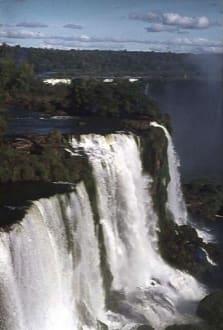 Ein Panoramablick auf die Wasserfälle - Iguassu / Iguazu Fälle
